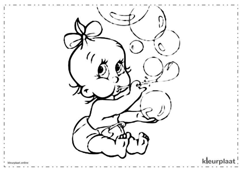 Baby die zeepbellen maakt