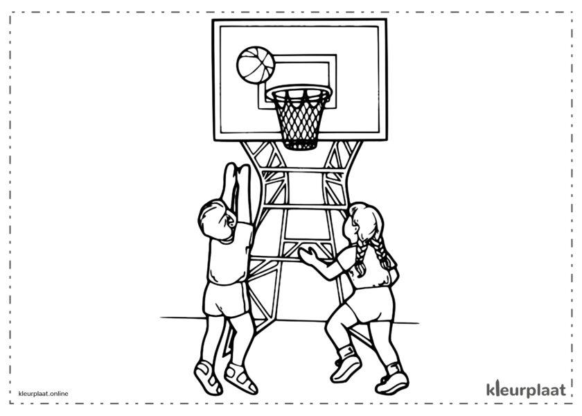 Jongen en meisje spelen basketbal in de buurt