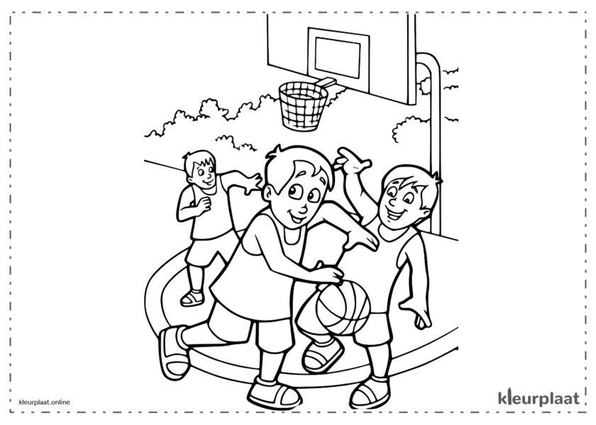 Kinderen die basketbal spelen in het park