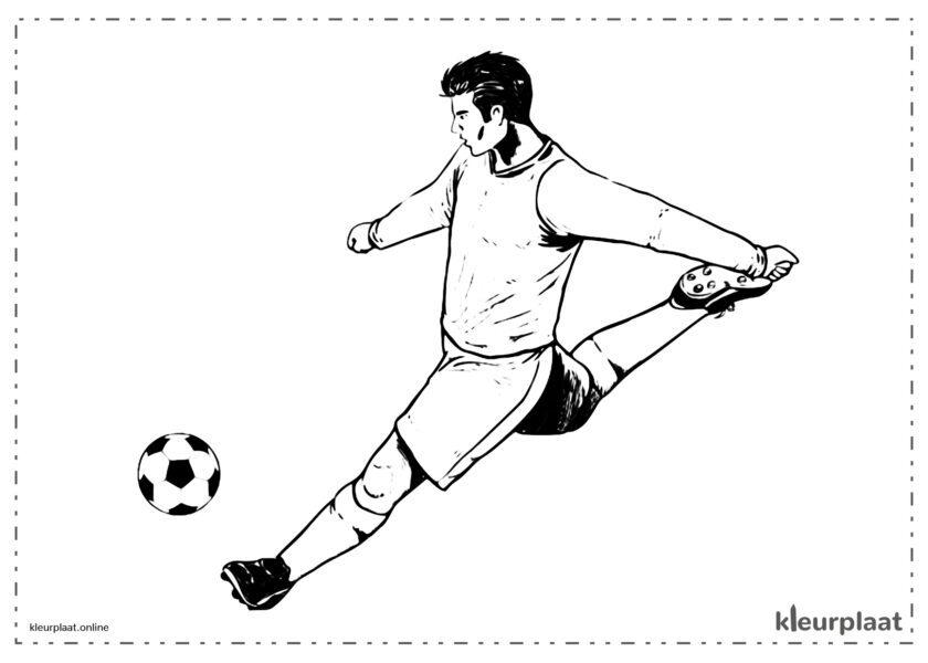 Voetballer die een geweldig schot maakt om een doelpunt te maken