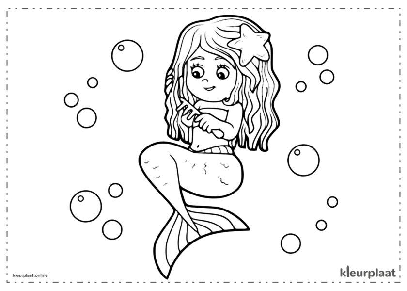 Zeemeermin op de bodem van de zee die haar haren kamt